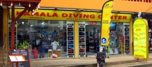 Kamala dykcenter, den dykskola och dykbutik för dykning i Kamala på Phuket, Thailand är belägen i centrum av den viktigaste turist vägen och mycket få meter från den faktiska Kamala Beach.